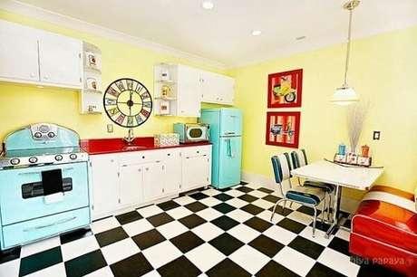 59. Cozinha colorida mais piso xadrez uma explosão de criatividade – Foto: Casa e festa