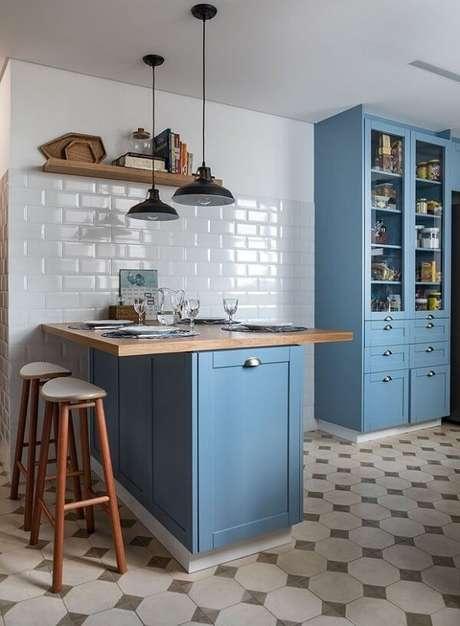 57. Armários azuis são ótimas escolhas em uma cozinha vintage – Foto: Via Pinterest