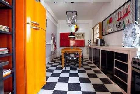 41. Já uma cozinha vintage divertida traz diversos elementos clássicos – Foto: Revista Viva Decora