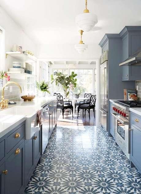 40. A cozinha vintage clássica é uma ótima mistura de tons neutros – Foto: Living gazette