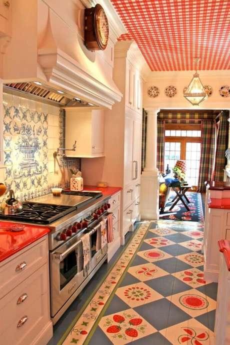 39. Diferentes estampas também podem se complementar em uma cozinha vintage – Foto: Maga rosa