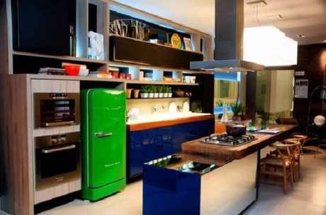 38. Cores vibrantes e diferentes podem se complementar em uma cozinha vintage – Foto: Doce obra