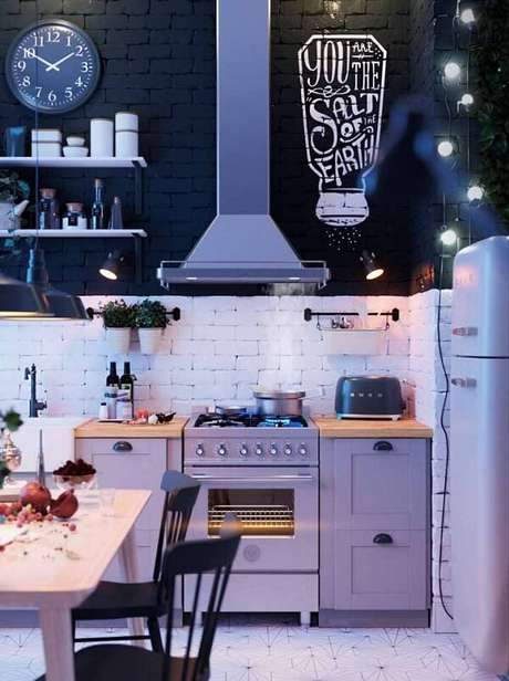 34. Cores e móveis devem se complementar em cozinha vintage – Foto: Via Pinterest
