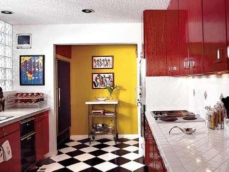30. Cores fortes e estampas também combinam em uma só cozinha vintage – Foto: Via Pinterest