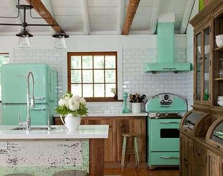 64. O tom verde é uma escolha clássica para uma cozinha vintage – Foto: Revista Cláudia