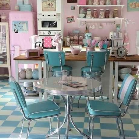 25. Rosa e azul são ótimas escolhas de cores para uma cozinha vintage – Foto: Dellycatas
