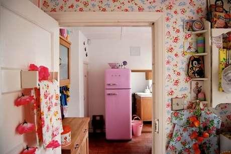 24. Geladeiras coloridas são ótimas escolhas para uma cozinha vintage – Foto: Eu amo decoração