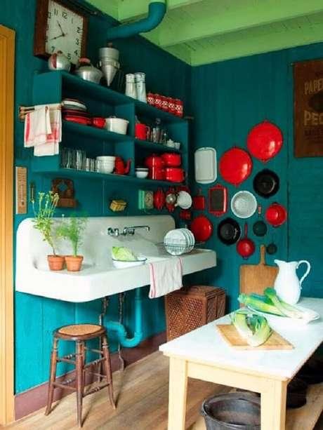 11. Cores fortes também tem espaço em uma cozinha vintage – Foto: Via Pinterest