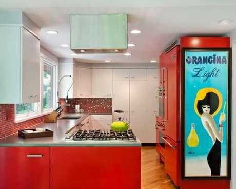 12. Uma cozinha planejada em tom de vermelho e móveis estilo vintage é perfeita – Foto: Via Pinterest