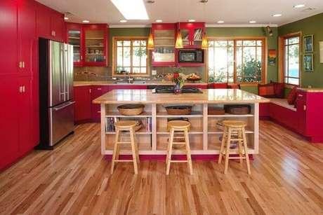 15. Móveis vermelhos combinados com o tom amadeirado tem um resultado incrível – Foto: Tua casa