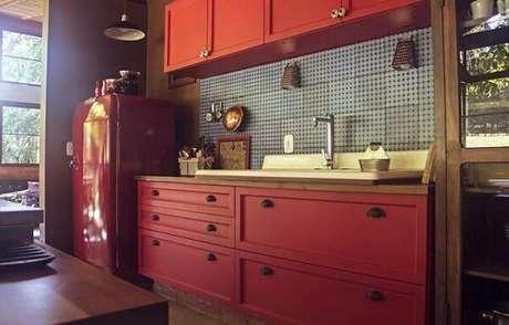 18. Móveis de madeira e com estilo retrô são a escolha perfeita para uma cozinha vintage – Foto: Tua casa