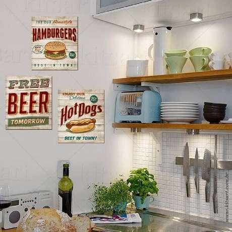 8. Quadros vintage são um excelente complemento para a decoração de uma cozinha – Foto: Via Pinterest