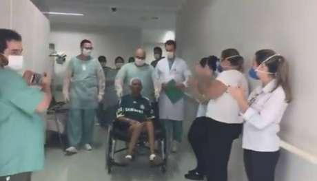 Torcedor deixa hospital com a camisa do Palmeiras