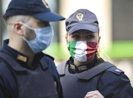 Policiais italianos em patrulha contra deslocamentos irregulares em Milão, um dos epicentros da crise sanitária
