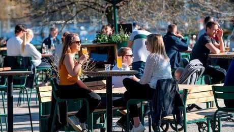 A maioria dos suecos está fazendo um distanciamento social voluntário, mas o clima ensolarado trouxe as pessoas de volta às ruas