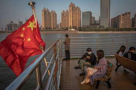 Pessoas usando máscara no rio Yangtze, em Wuhan, na China