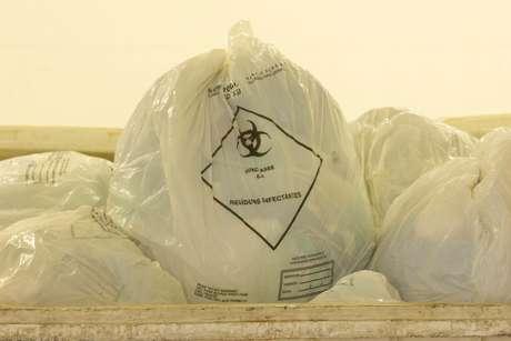 Imagem de arquivo de sacola usada no processo de descarte do lixo hospitalar.
