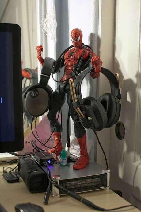 58. Aqui um boneco do Homem Aranha foi usado como apoio de fones no quarto gamer – Foto: Ideias Decor