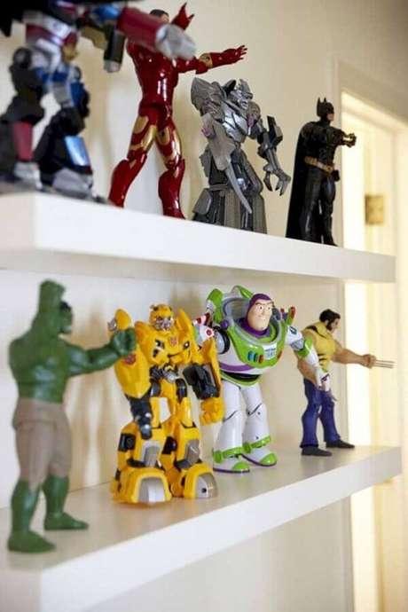 62. Invista em prateleiras com action figures para a decoração do quarto de gamer – Foto: Estopolis