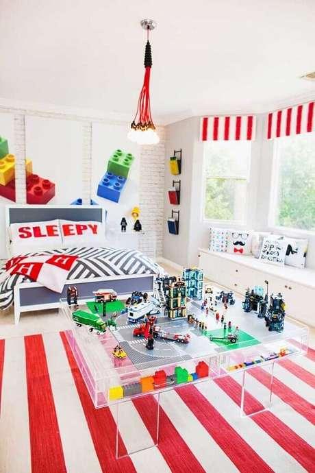 63. Decoração de quarto gamer com quadros grandes e tapete listrado branco e vermelho – Foto: Pinterest