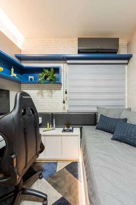 8. Invista em cores claras e móveis planejados para a decoração de quarto gamer pequeno – Foto: Pinterest