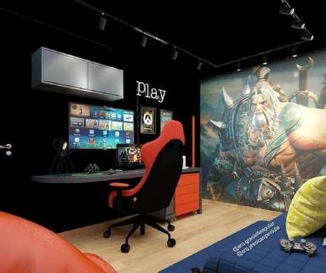 66. Decoração moderna para quarto gamer preto com poster de jogo no fundo – Foto: Arq. Grasielle Aguiar