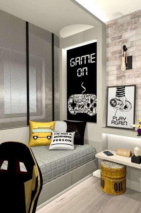 67. Quarto gamer planejado em tons de cinza com quadro grande e almofadas divertidas – Foto: Pinterest