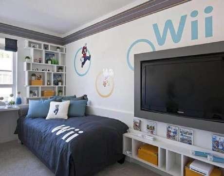 70. Quarto gamer simples decorado com nichos brancos e adesivos de jogos – Foto: Planx Design