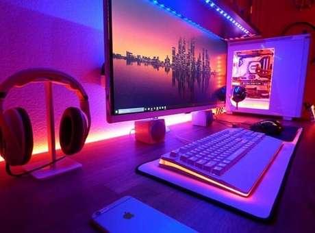 16. A iluminação usada neste quarto gamer destaca o setup