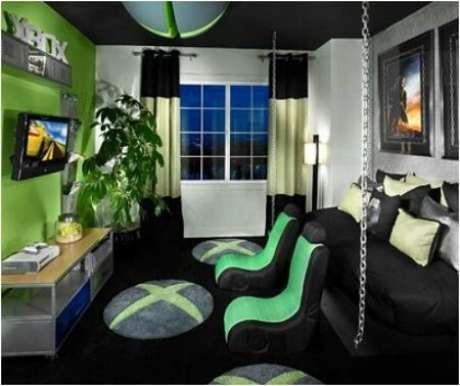 17. Mesmo com espaço limitado, este quarto gamer tem certa definição de estações com as cadeiras entre a cama e a TV