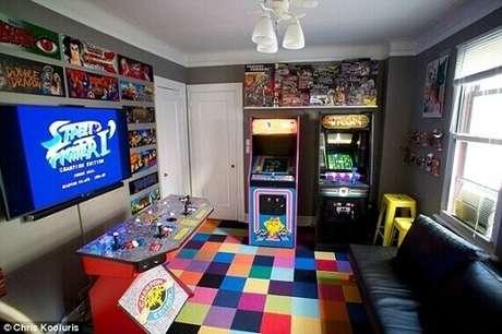 26. Para os gamers mais antigos, que tal colocar fliperamas dentro da sua casa?