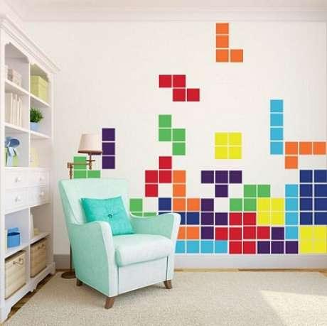 23. Tetris é um tema comum para quartos gamers. O legal é que dá para fazer as peças com revestimentos ou mesmo com adesivos de parede.