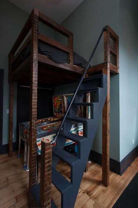 80. Decoração de quarto gamer simples com cama suspensa e fliperama embaixo – Foto: Casa&Diseño