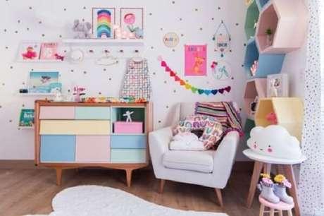 18. Quarto infantil e nicho colmeia colorida são uma ótima dupla da decoração – Foto: Via Pinterest