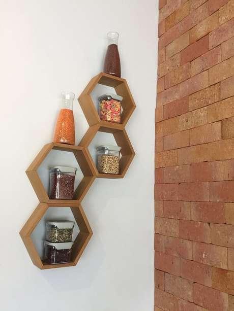 52. Em uma cozinha também pode se utilizar o nicho colmeia – Foto: Via Pinterest