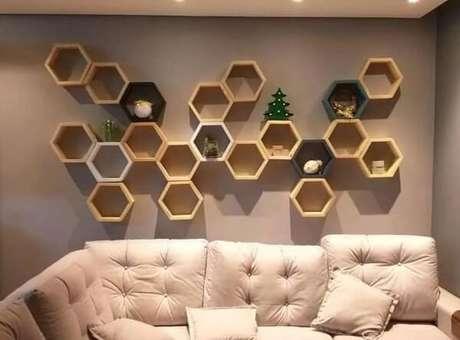 33. Vários nichos em uma parede formam uma bela decoração na sala – Foto: Via Pinterest