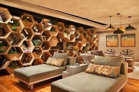 32. Uma parede inteira com nichos hexagonais podem ser um grande destaque na decoração – Foto: Via Pinterest