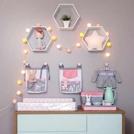 9. Unir itens decorativos e brinquedos no nicho colmeia é uma opção – Foto: Pinterest