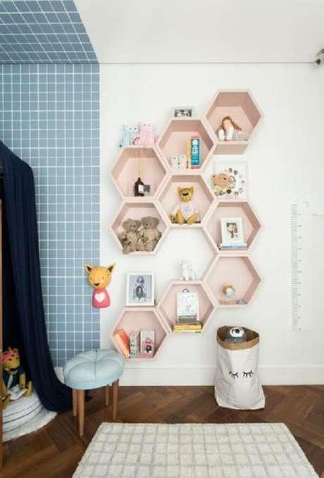 8. Nicho colmeia colorido é uma ótima escolha para organização de um quarto infantil – Foto: Casa construção