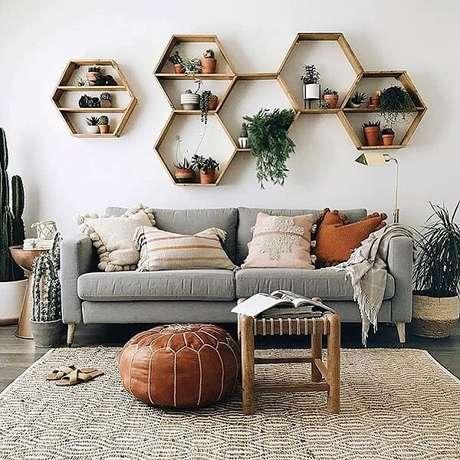 25. Nicho colmeia com prateleiras são uma ótima forma de organizar sua sala – Foto: Dicas decor