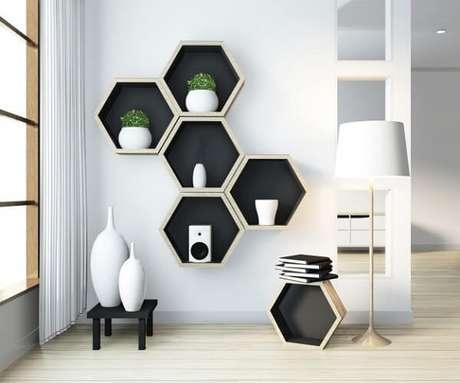 24. Decorar uma parede do cômodo com nichos colmeia são uma ótima forma de ganhar espaço – Foto: Freepik