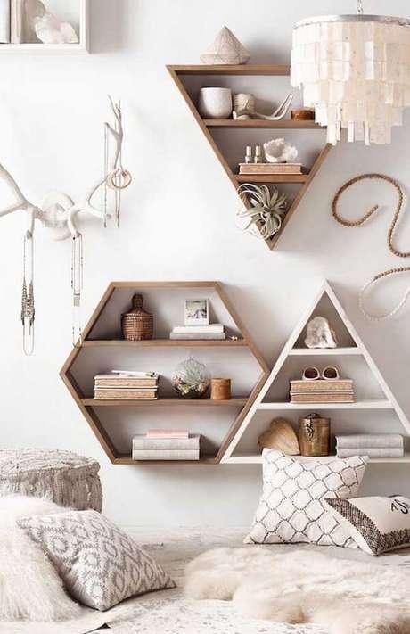 6. Existem diferentes modelos e formatos de nichos, mas o nicho colmeia hexagonal complementa qualquer ambiente – Foto: Via Pinterest