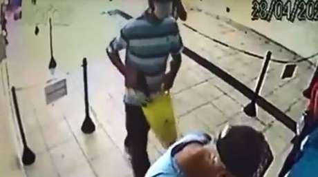 Criminosos usam máscara para assalto em Votorantim-SP.