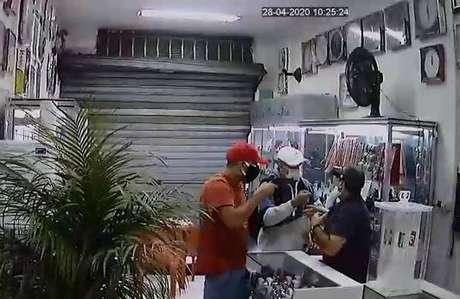 Criminosos assaltam relojoaria com máscaras contra coronavírus.