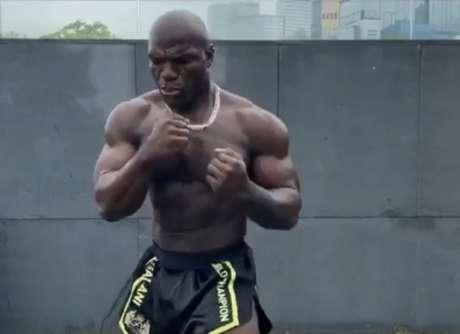Aos 44 anos, camaronês Alain Ngalani impressiona pela forma física (Foto: Reprodução)