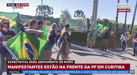 A Band News fez transmissão ao vivo para mostrar os protestos contra e a favor de Moro na entrada da PF de Curitiba