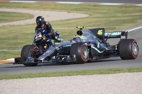 Lewis Hamilton e Valentino Rossi trocaram suas máquinas no fim do ano passado (Foto: Divulgação/Lewis Hamilton)