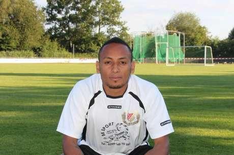 Hiannick Kamba foi revelado no Schalke 04 (Foto: Reprodução)