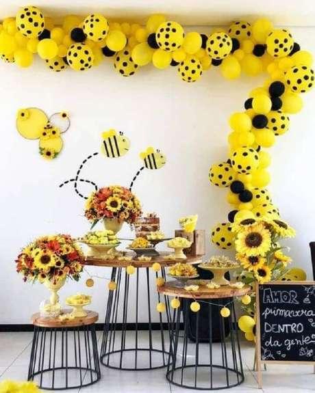 22. A festa abelhinhas garante uma decoração lúdica como temas de mesversário – Foto: Super Festa Infantil