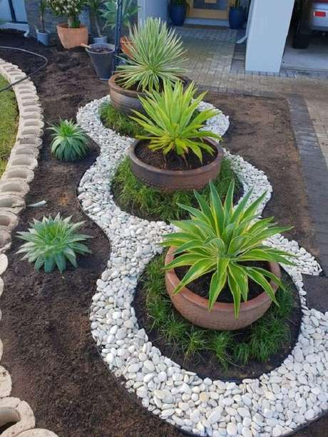 75. As pedras para jardim brancas se destacam na entrada da casa. Fonte: Pinterest